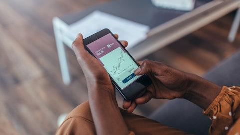 Mobiltelefon som viser aksjekursen