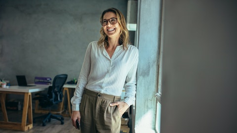 Smilende forretningskvinne med briller
