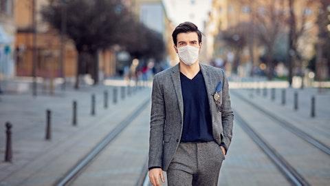 En mann med munnbind på gaten.
