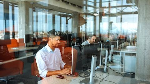 Ansatte sitter foran datamaskin