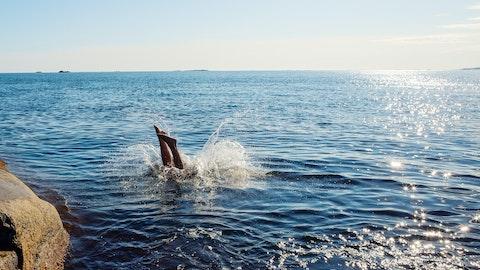 En person som stuper ut i havet.