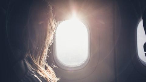 Kvinne som ser ut av et vindu på flyet