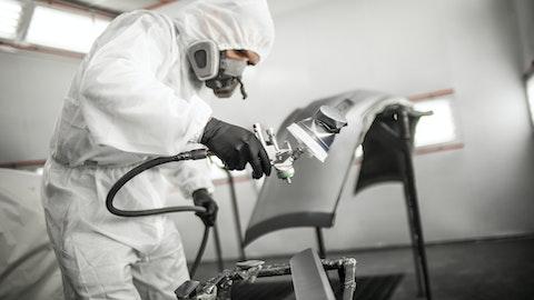 Industriarbeider heldekket for å beskytte seg mot løsemidler.