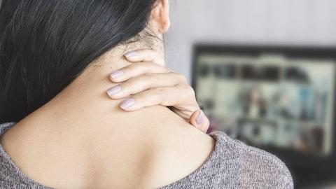 Kvinne med vondt i nakken