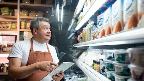 En kjøpmann driver med varetelling.