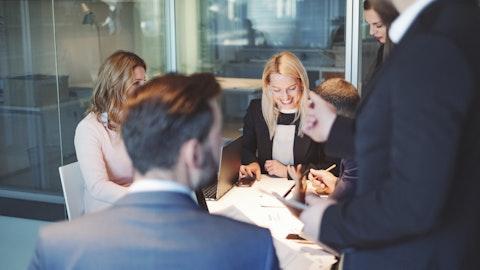En gjeng kolleger sitter rundt et bord.