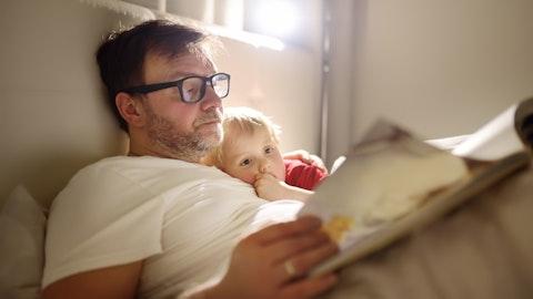 Far leser høyt for barnet sitt.