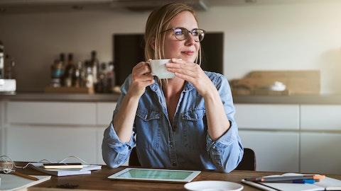 Kvinne som sitter ved en skrivepult.