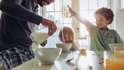 En far som spiser frokost med sine to barn.