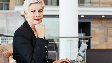Forretningskvinne ser inn i kameraet