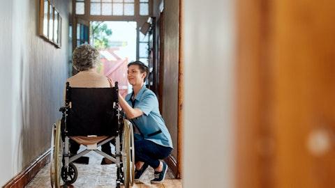 Eldre dame i rullestol som får hjelp av en kvinne i familien.