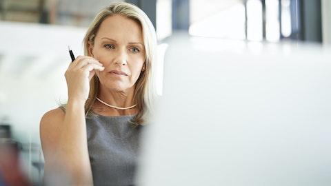 Kvinne som ser inn i en dataskjerm.