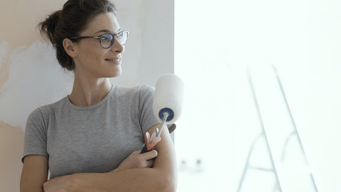 En kvinne som maler i en leilighet.