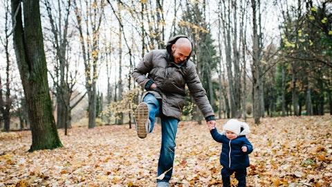 Far som er ute å går tur med barnet sitt.