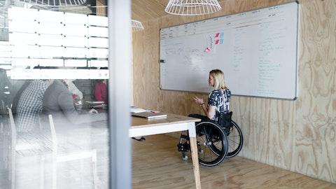 Kvinne i rullestol på arbeidssted