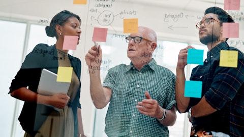 En eldre konsulent er leid inn til en bedrift. Han lærer bort kunnskap til to ansatte.