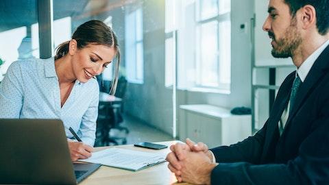 Selger som undersøker noen dokumenter med en kollega.