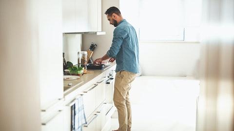Mann som lager mat på kjøkkenet.