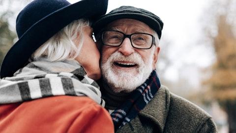 Eldre forelsket ektepar.