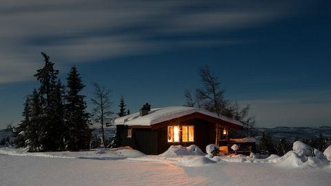 Vinterlandskap med en koselig hytte.