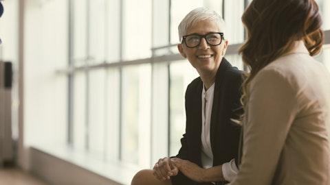 Advokat og kvinne har en hyggelig samtale.