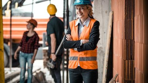 Tre anleggsarbeidere på byggeplass.
