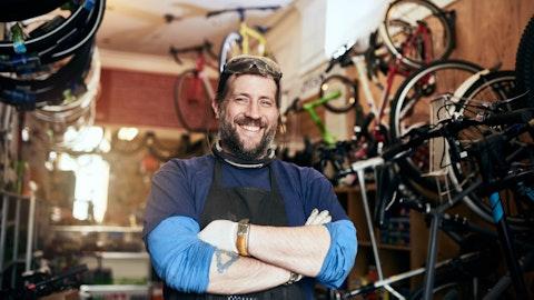 Blid mann i et sykkelverksted.