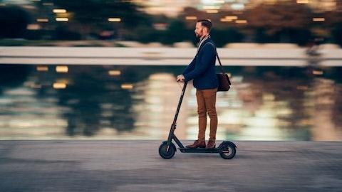Ung mann i dress på vei til arbeid