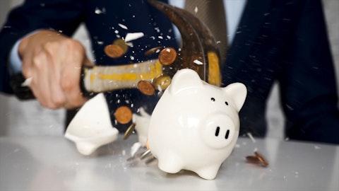 En sparegris med mynter og sedler i.