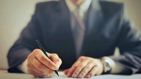 Advokat som signerer et dokument.
