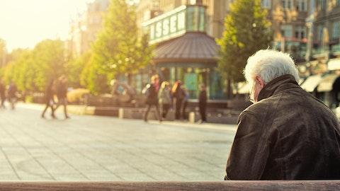 Mann som sitter på en benk