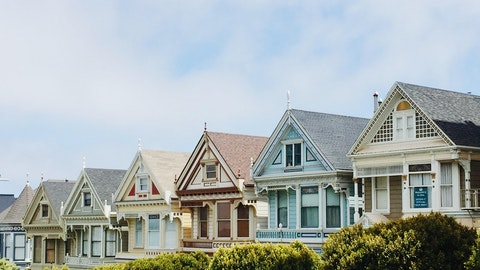 Flere boliger på rekke i forskjellige farger.