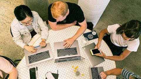 En gruppe mennesker som bruker hver sin laptop.