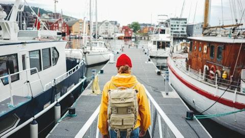 Ung jente som skal reise med båt.