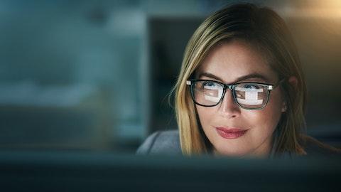 En blond kvinne som ser inn i en PC-skjerm.