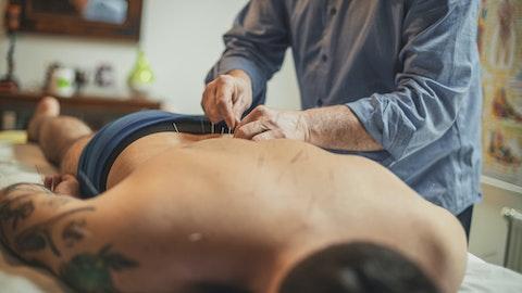 Mann som får akupunkturbehandling på ryggen.