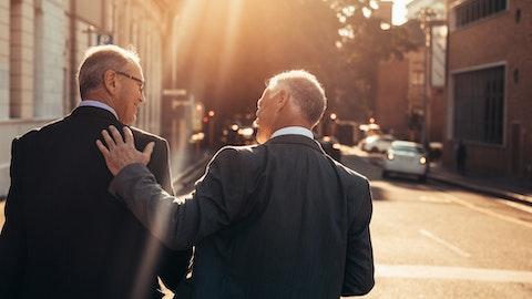 To menn i dress som er glade i gata.