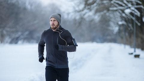 En mann ute å jogger.
