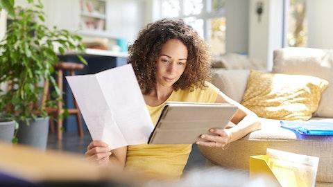 Kvinne som fyller ut skademeldingsskjema til NAV