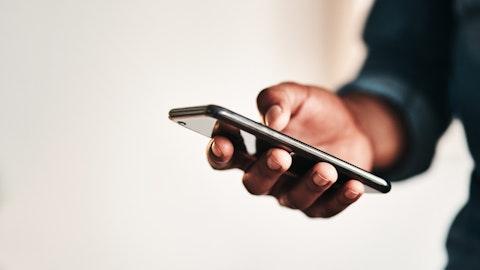 En hånd som holder en mobiltelefon.