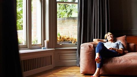 Skilt kvinne sitter i sofaen.