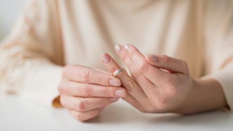 En kvinne tar av seg gifteringen.