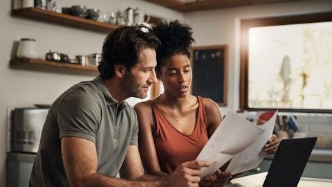 Et ungt par ser på papirer sammen.