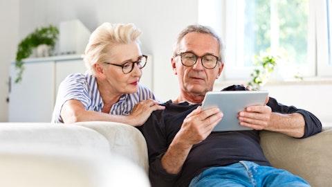 Et eldre ektepar som skriver skattemeldingen på en iPad sammen.