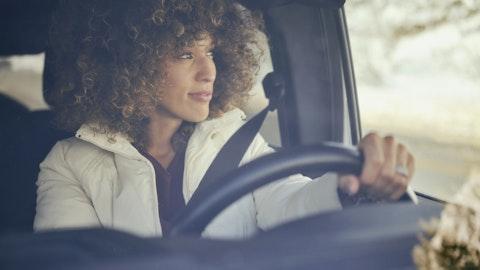 Kvinne som kjører bil.